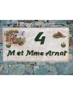 Plaque de maison faience émaillée décor paysage calanque provence fond rose inscription personnalisée verte