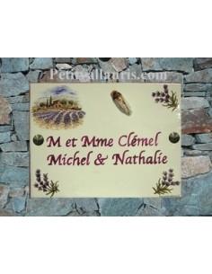 plaque de maison céramique décor bastide et brins de lavande fond bleu inscription prune-parme cigale en relief