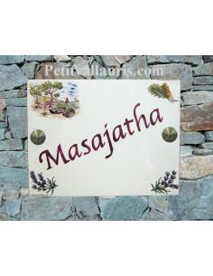 plaque de maison céramique décor calanque,cigale et brins de lavande fond bleu inscription personnalisée prune-parme