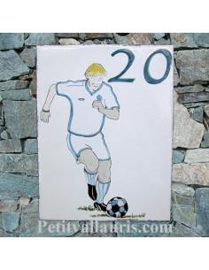 plaque de maison céramique motif footballeur + inscription personnalisée bleue