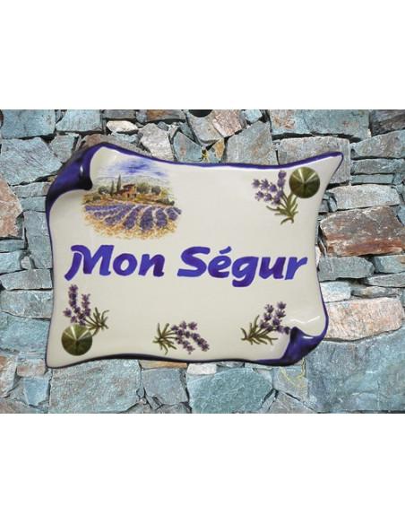 Plaque de Maison en faience modèle parchemin motif cabanon et champs de lavandes inscription personnalisée bleue