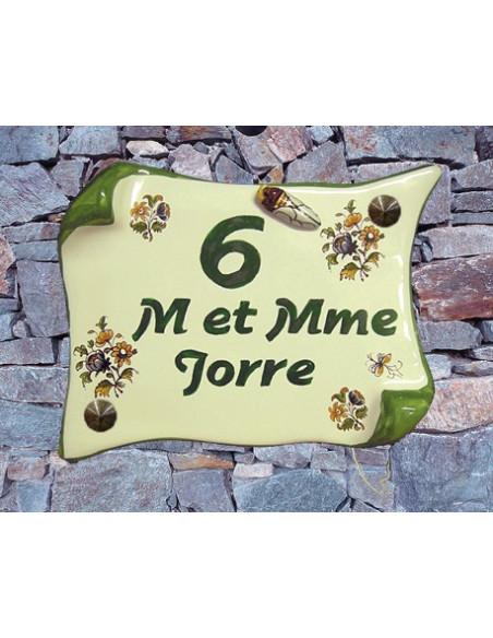 Plaque de Maison en faience modèle parchemin motif fleurs polychrome inscription personnalisée verte et cigale relief