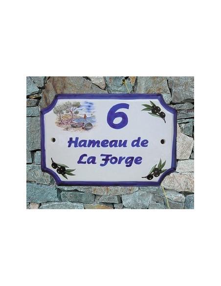 Plaque de Maison en céramique aux angles incurvés motif calanque et olives noires + inscription personnalisée bleue