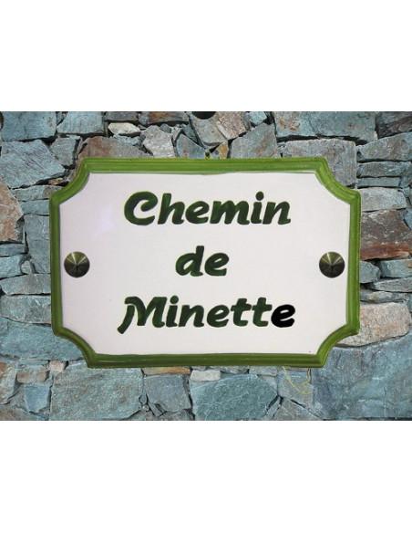 Plaque de Maison en céramique aux angles incurvés au bord vert + inscription personnalisée