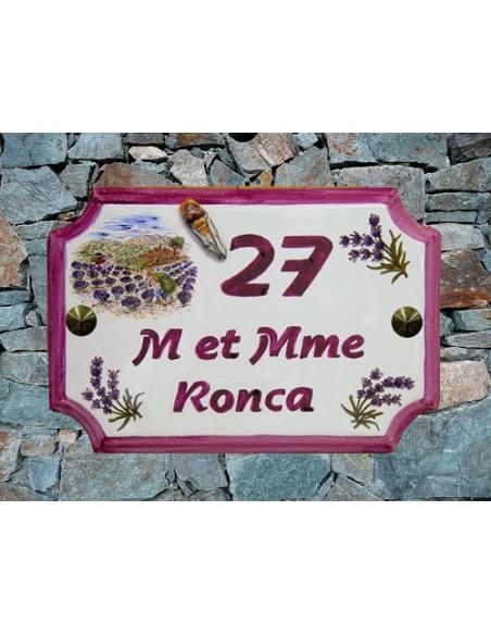 Plaque de Maison en céramique aux angles incurvés motif récolte des lavandes + inscription personnalisée rose foncé + cigale
