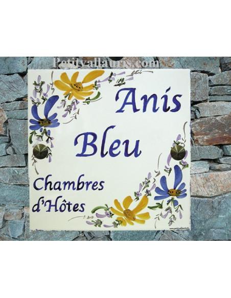 Grande plaque de maison en céramique modèle carrée motif artisanal fleurs bleues et jaunes-orangées inscription personnalisée