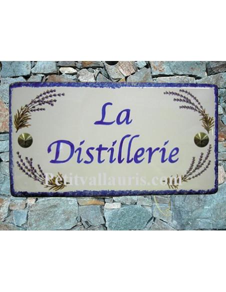 Plaque de Maison en céramique émaillée décor brins de lavandes aux angles + inscription personnalisée bleue