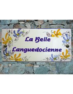 Plaque de Maison rectangle décor fleurs bleues et orangées aux angles inscription personnalisée et bord bleu