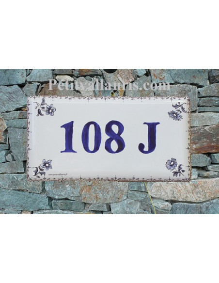 Plaque de maison faience émaillée motif petites fleurs fines bleu inscription personnalisée bleue