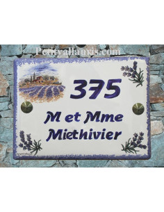 plaque de maison céramique décor bastide et brins de lavande inscription horizontale bleue