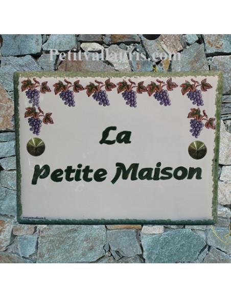 plaque pour maison en céramique émaillée décor grappes de raisin inscription personnalisée verte