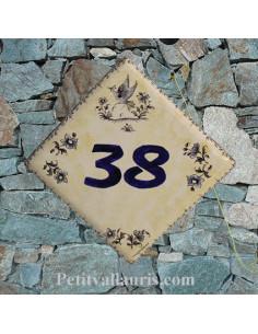 Numéro de Maison fond pierre pose diagonale décor vieux moustiers bleu chiffre bleu