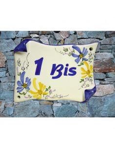 Plaque de Maison parchemin en faïence décor fleuri jaune et bleu