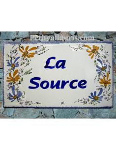 Plaque de Villa rectangle décor fleurs bleues et orangées aux angles inscription personnalisée et bord bleu