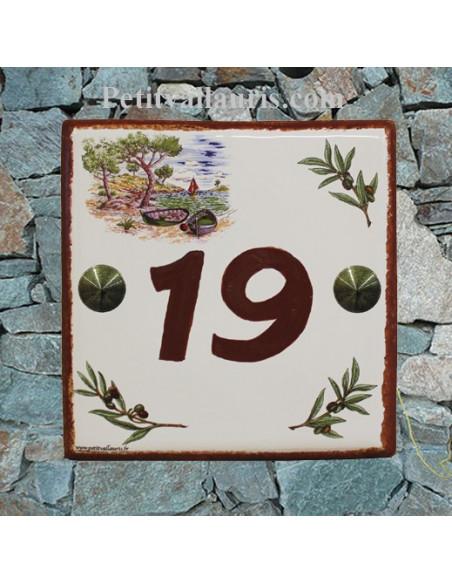Plaque numéro de maison en faience émaillée motif calanque chiffre personnalisé et bord poupre