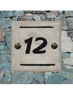 Numéro de maison contemporain chiffre noir et fond gris pose horizontale