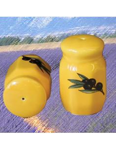Poivrière octogonale sur fond jaune pour la table