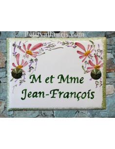 plaque de maison céramique décor fleurs roses inscription horizontale verte