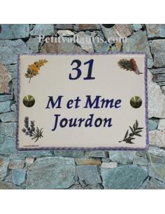 plaque de maison céramique décor semis flore provençale inscription horizontale bleue