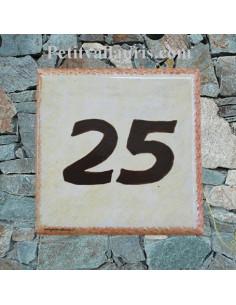 Numéro de maison chiffre marron et bord ocre fond jaune d'oeuf pose horizontale