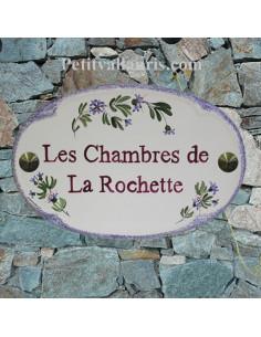Plaque pour nom de maison ovale en céramique décor petits bleuets texte bordeaux