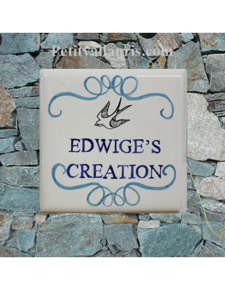 Paque numéro de maison en faience émaillée décor artisanal arabesque et hirondelle texte personnalisé bleu