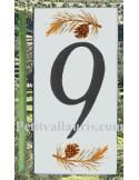 Numero de rue chiffre 9 décor branche et pigne de pin