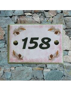 plaque de maison en céramique décor pignes de pin fond rose inscription personnalisée verte