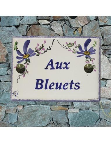 plaque de maison céramique décor fleurs bleues inscription horizontale bleue