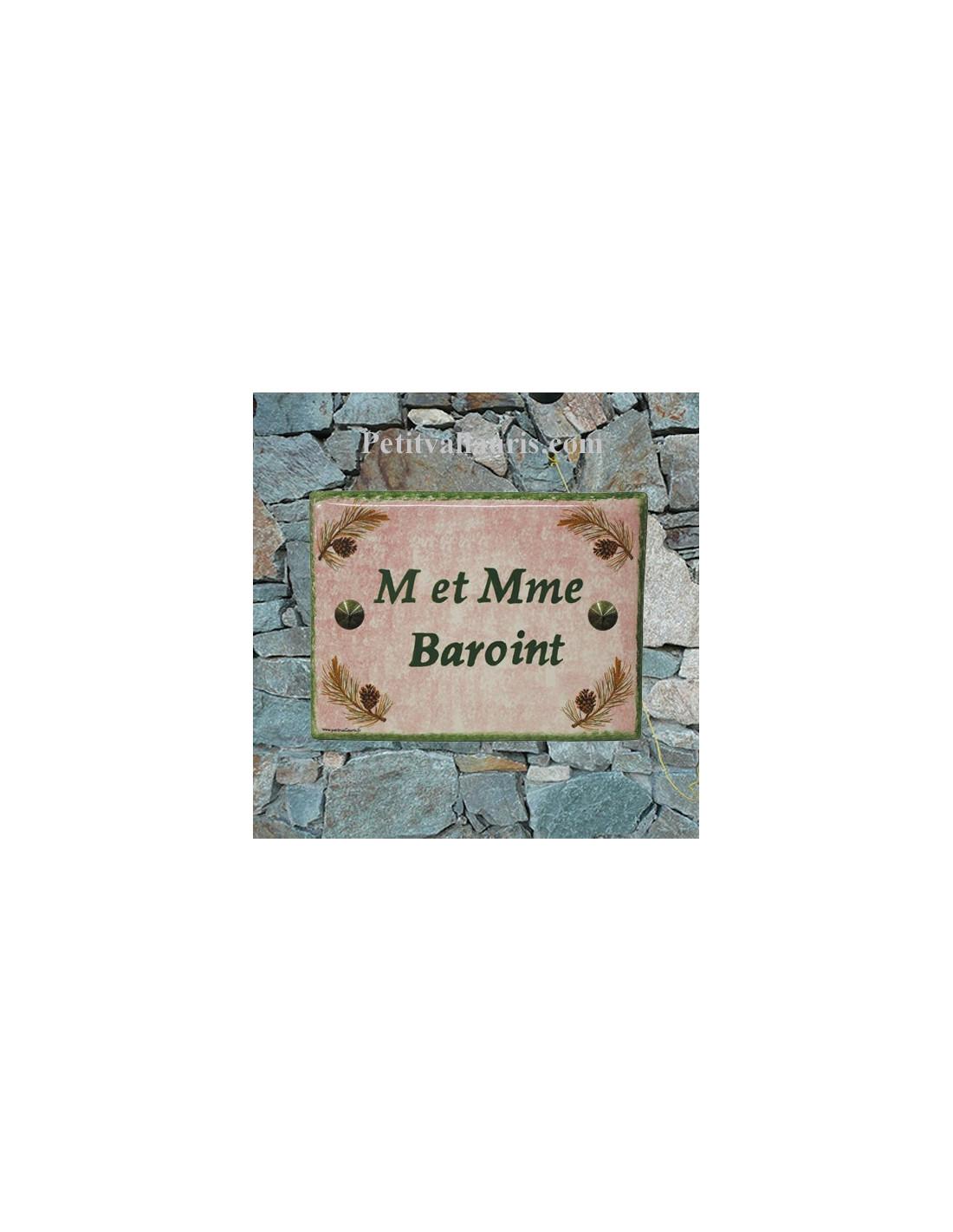 plaque de maison en c ramique d cor pignes de pin fond rose inscription personnalis e verte le. Black Bedroom Furniture Sets. Home Design Ideas