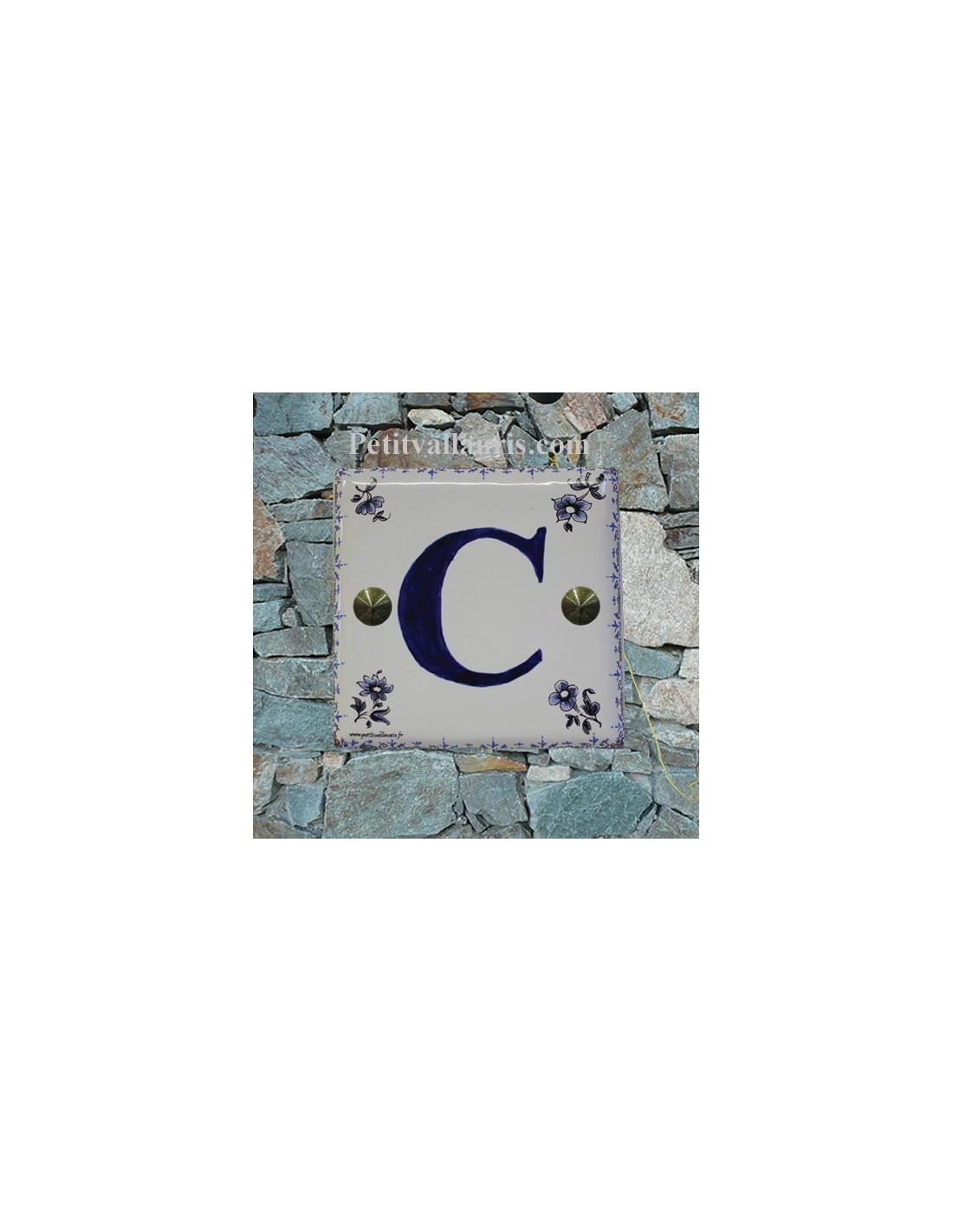 d coration lettre sur plaque de maison en faience motif tradition bleu le petit vallauris. Black Bedroom Furniture Sets. Home Design Ideas