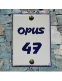 plaque de signalisation céramique bord bleu inscription horizontale bleue