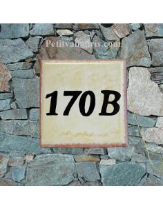 Numéro de maison chiffre noir et bord ocre fond jaune d'oeuf pose horizontale