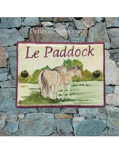 plaque de maison céramique personnalisée décor couple de chevaux inscription couleur prune