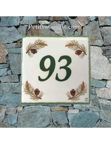 Numéro de Maison pose horizontale décor branche et pomme de pin chiffre et texte vert