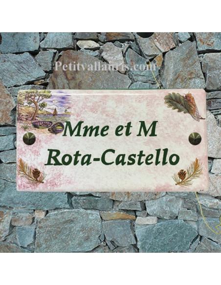 Plaque de Maison rectangle décor calanque,cigale et branches de pin fond rose pastel + inscription personnalisée et bord vert