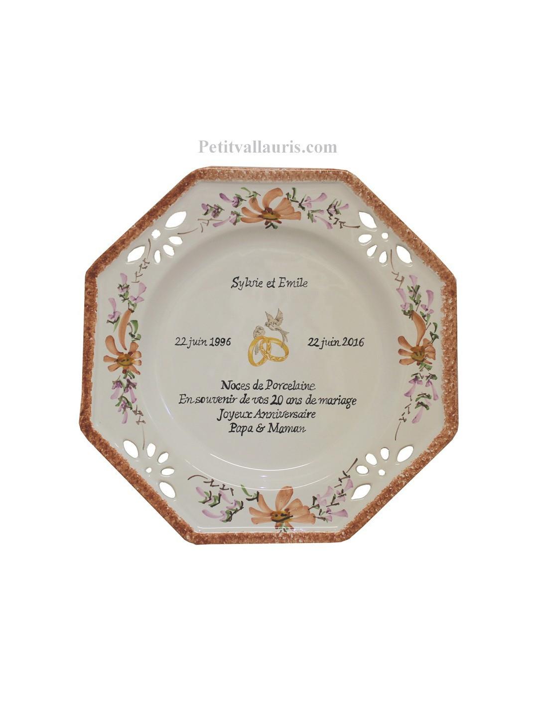 assiette de mariage octogonale d cor fleurs saumons avec po me noces d 39 or le petit vallauris. Black Bedroom Furniture Sets. Home Design Ideas