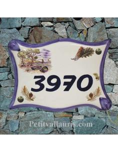 Plaque de maison modèle parchemin en céramique décor calanque + cigale + pignes de pin