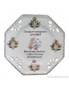 Assiette octogonale ajourée pour baptême garçon décor polychrome couffin bleu