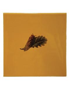 Carrelage avec décor de cigale en pose vers la droite sur carreau 15 x 15 cm couleur jaune-miel provençale