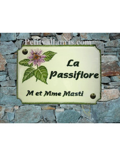 Grande plaque de maison en céramique modèle aux angles incurvés motif artisanal fleur passiflore + inscription personnalisée