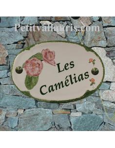 Plaque en céramique émaillée pour maison de forme ovale décor artisanal fleurs camélias +personnalisation