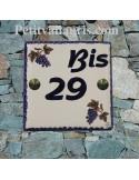 Plaque numéro de Maison en faience émaillée motifs grappes de raisin + chiffre personnalisé en bleu