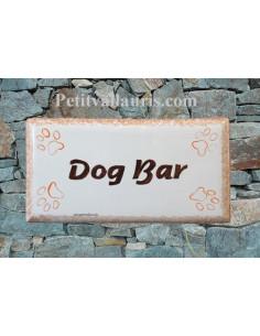 """Plaque rectangulaire de maison en céramique émaillée """"Dog Bar"""" + inscription personnalisée"""