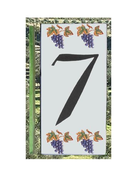 Plaque numero de rue en céramique au détail chiffre 7 au décor grappes de raisin