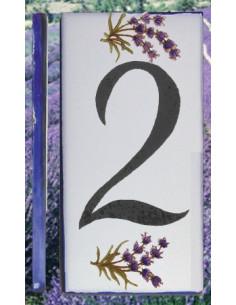 Numero de rue en céramique au détail avec le chiffre 2 décor brins de lavande