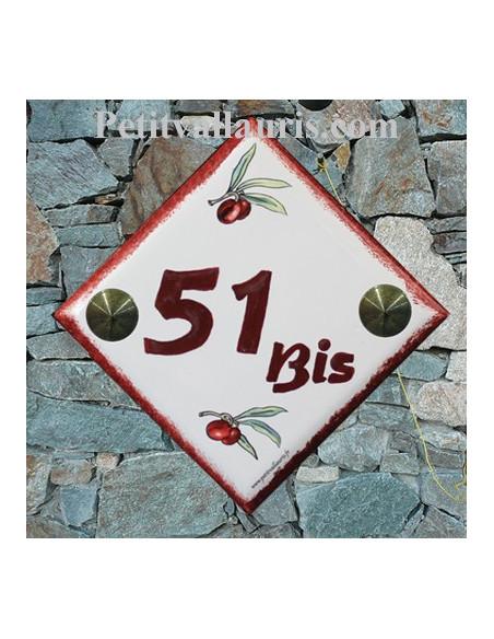 Plaque numéro de maison en faience décor brins d'olives rouges chiffre et bord pourpre pose diagonale