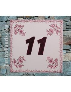 Numéro de Maison pose horizontale chiffre prune décor fleurs tradition vieux moustiers rose