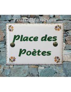 plaque de maison céramique décor fleurs polychromes inscription horizontale vertes