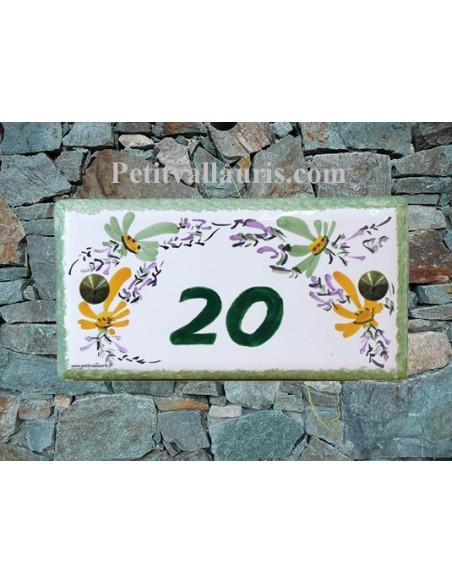 Plaque de maison faience émaillée décor fleurs vertes et orangées inscription personnalisée verte